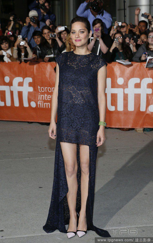 深藍色蕾絲透膚款的前短後長洋裝比前一套更加華麗搶眼。內裡的兩截式內搭服裝若隱若現...
