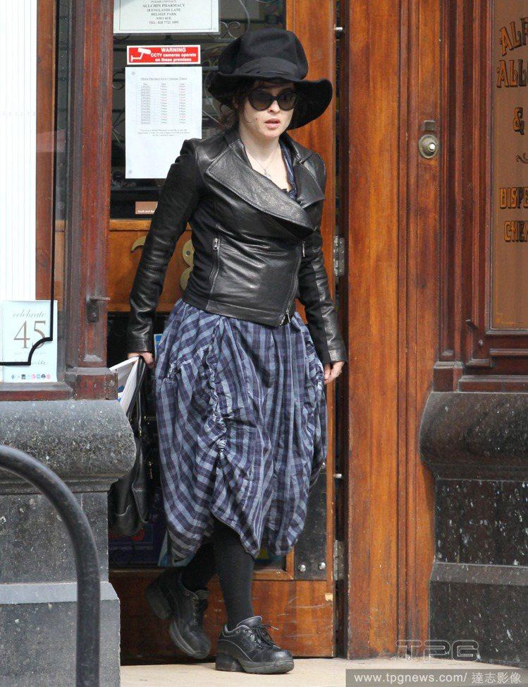 平時她偶爾也會以皮夾克搭長裙,總之,垂綴、具份量感的下半身,絕對是她追求的造型重...