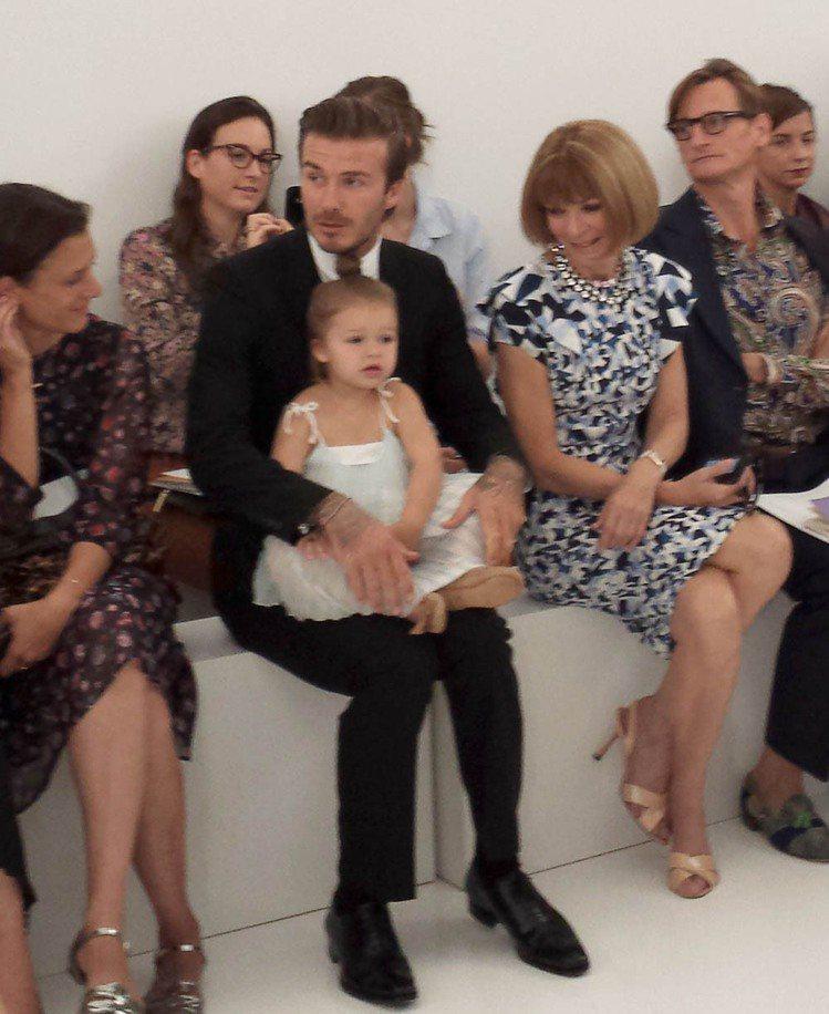 貝克漢(左二)抱著女兒,安娜溫圖(右二)猛盯著她瞧。圖/法新社