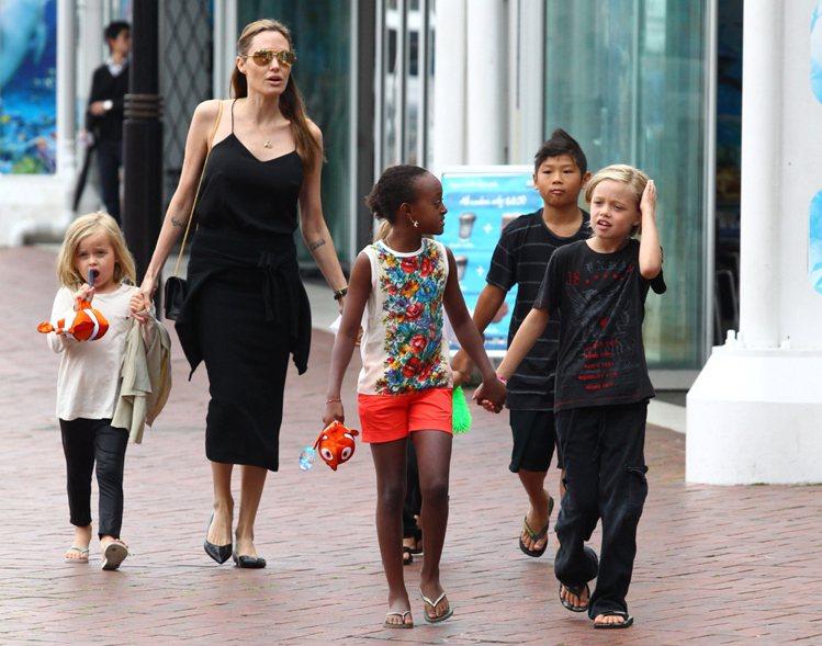 安琪莉娜裘莉經常帶著小孩公開亮相。圖/達志影像