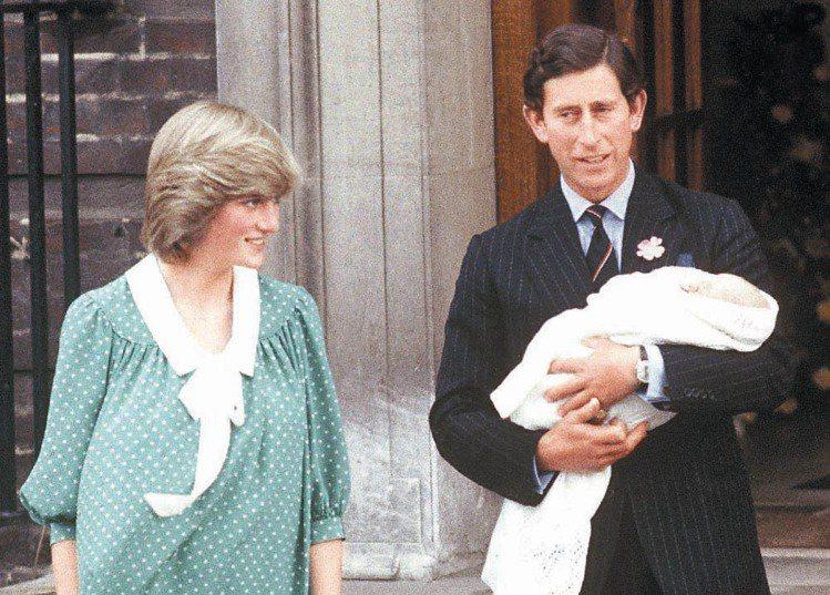 英國王儲查理王子(右)一九八二年六月廿二日抱著甫出生的威廉王子,與黛安娜王妃在倫...