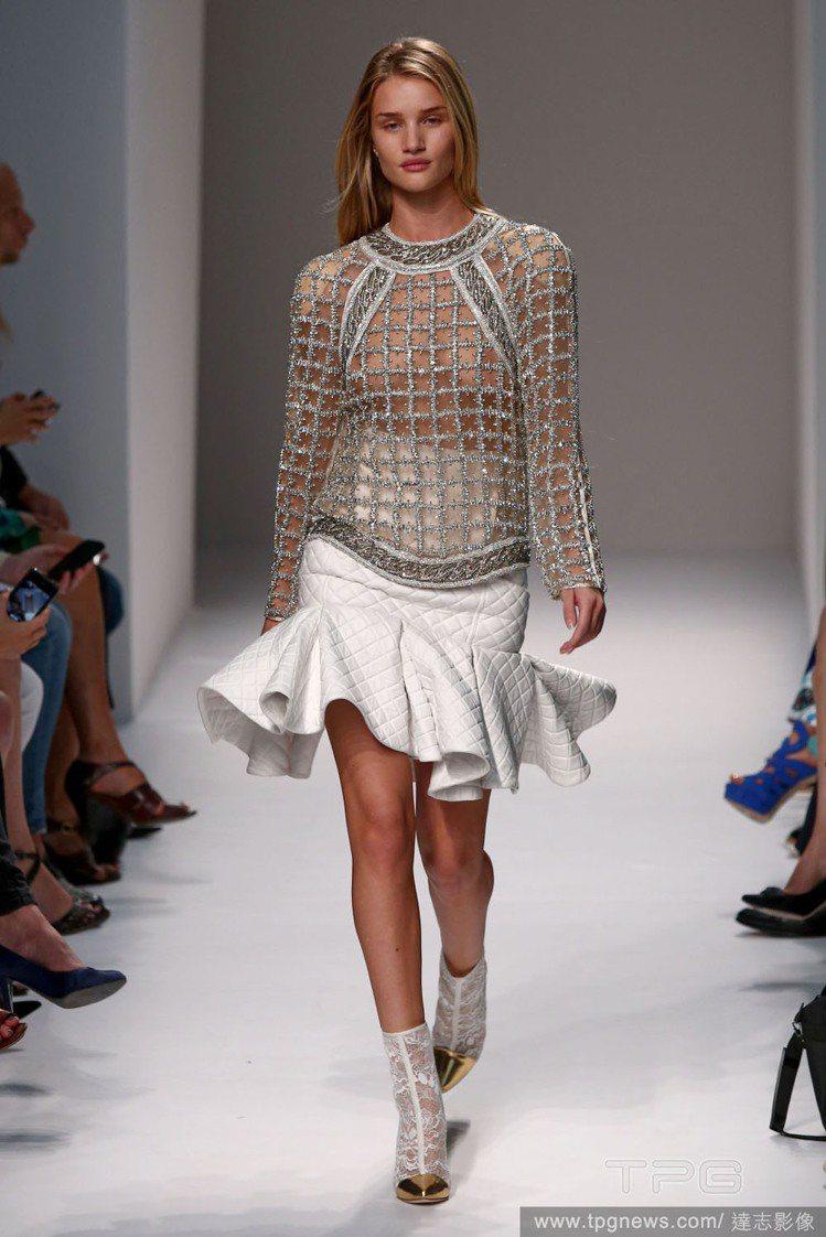 超模蘿西杭亭頓在巴黎時裝周上為2014 Balmain 春夏系列走秀時展示了「裸...