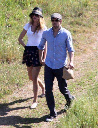 小倆口到哪都黏在一起,連在LA出門散步買個東西都可以看見他們手牽手,感情十分穩定...
