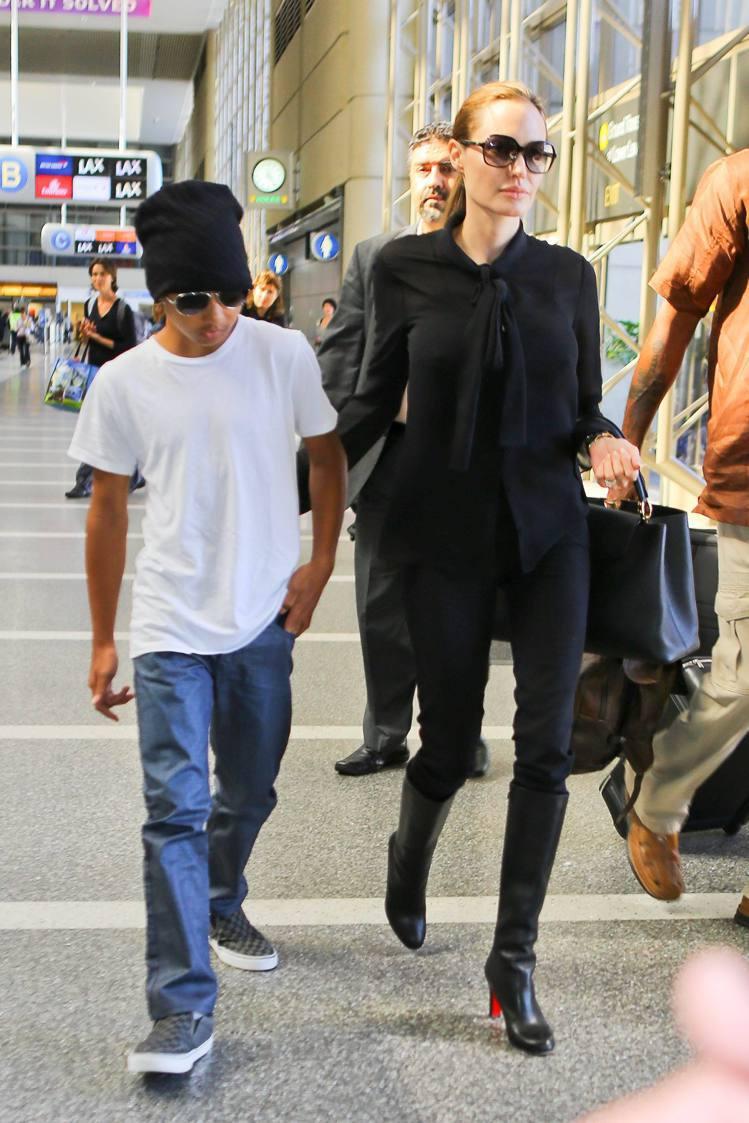 裘莉穿紅底皮靴帥氣性感。圖/達志影像