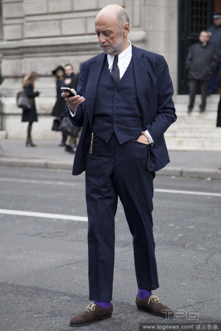 大膽一點的爺爺則可以使用不同顏色的襪子做造型,搭上現在很紅的八、九分褲熱潮,讓穿...