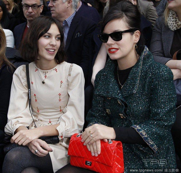 Alexa Chung(左) 和英倫歌手莉莉艾倫(Lily Allen)在秀場上...