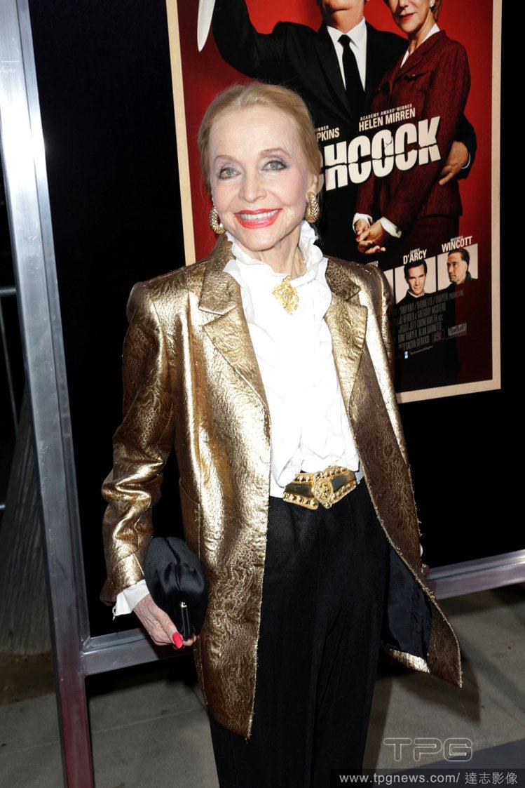 90歲高齡的安杰弗里斯身體狀況保持的非常好,穿衣風格也頗具個人特色。她很喜歡穿褲...