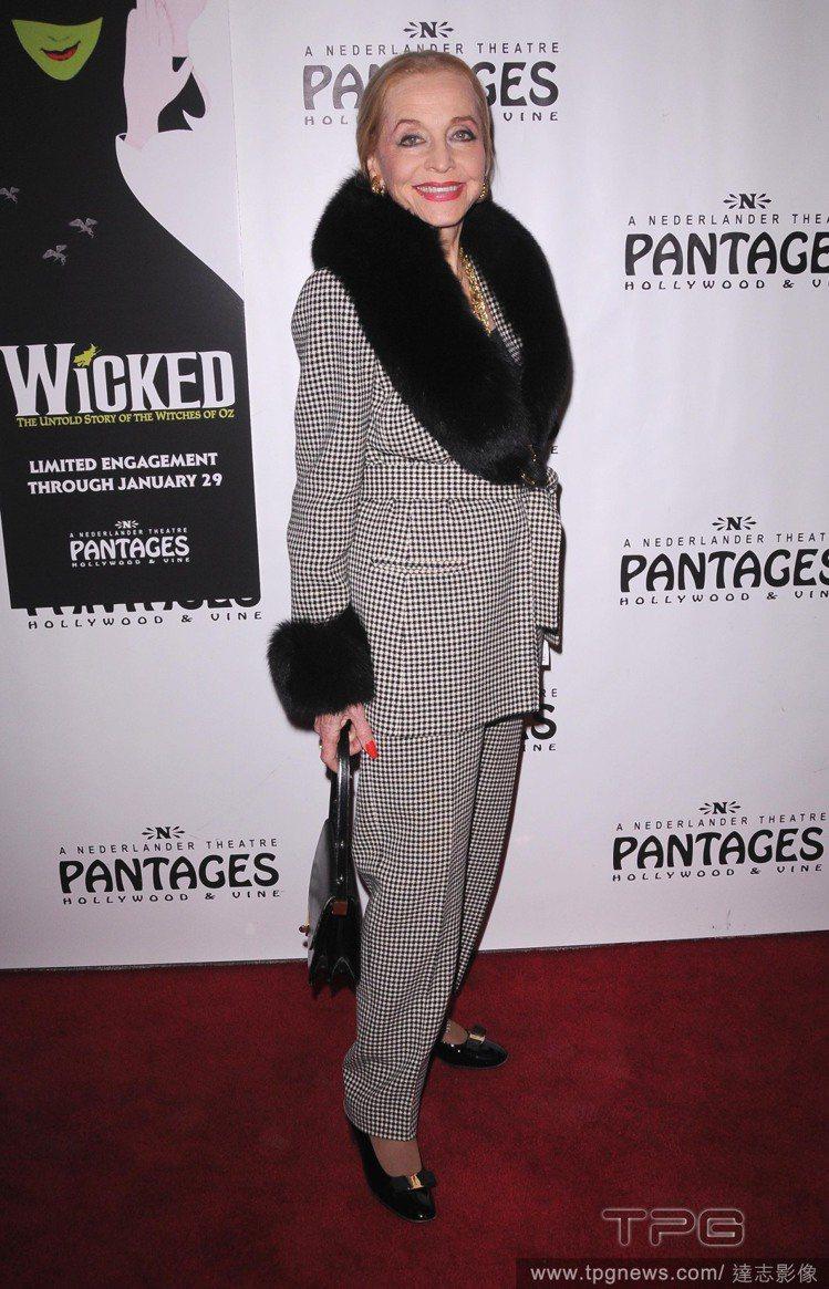 皮草也是安杰弗里斯很喜愛的元素,經常可看到她選擇領口、袖口以皮草點綴的服裝。圖/...