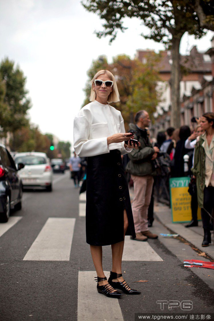 Elena Perminova擅長呈現每件設計單品最乾淨清爽的穿法,她不玩多層次...