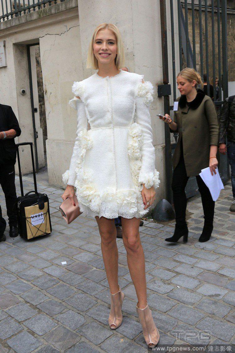 Giambattista Valli 白色立體裝飾洋裝打造夢幻系的精靈公主風格。...