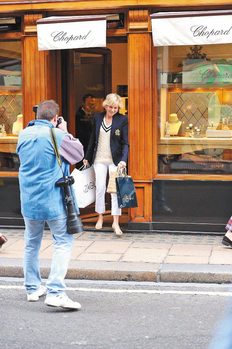 片中「黛妃」自蕭邦珠寶店走出,拎著Lady Dior包,躲避狗仔追逐。圖/Dio...