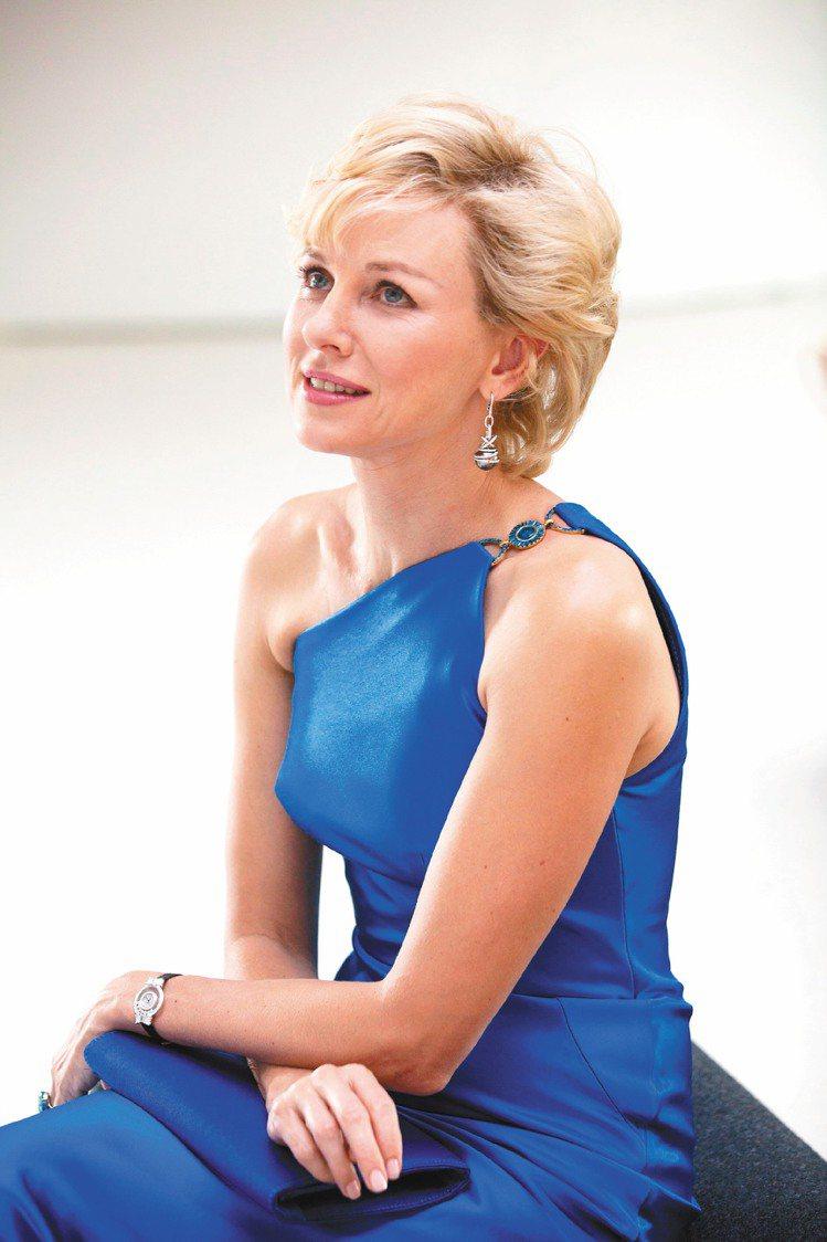 娜歐蜜華茲生動詮釋黛安娜王妃,片中配戴蕭邦特製的珠寶。圖/蕭邦提供