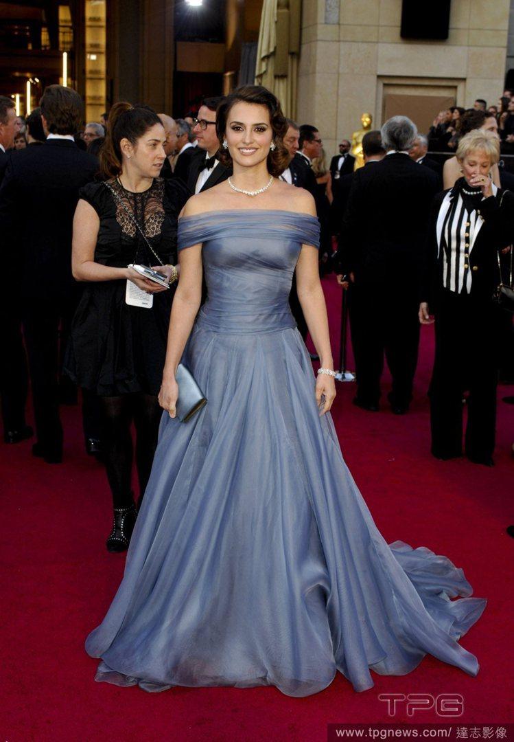 潘妮洛普克魯茲偏愛華麗中帶著素雅感的禮服,一襲紫藍色削肩禮服,秀氣的線條與皺褶細...