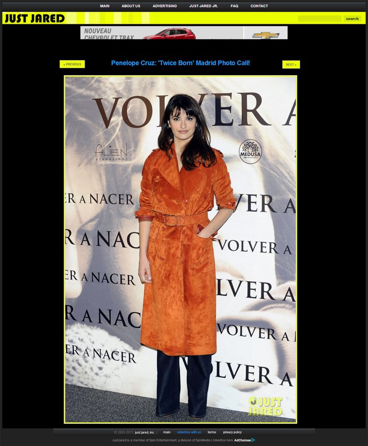 長版大衣也是潘妮洛普克魯茲常用的單品。圖/擷取自justjared.com