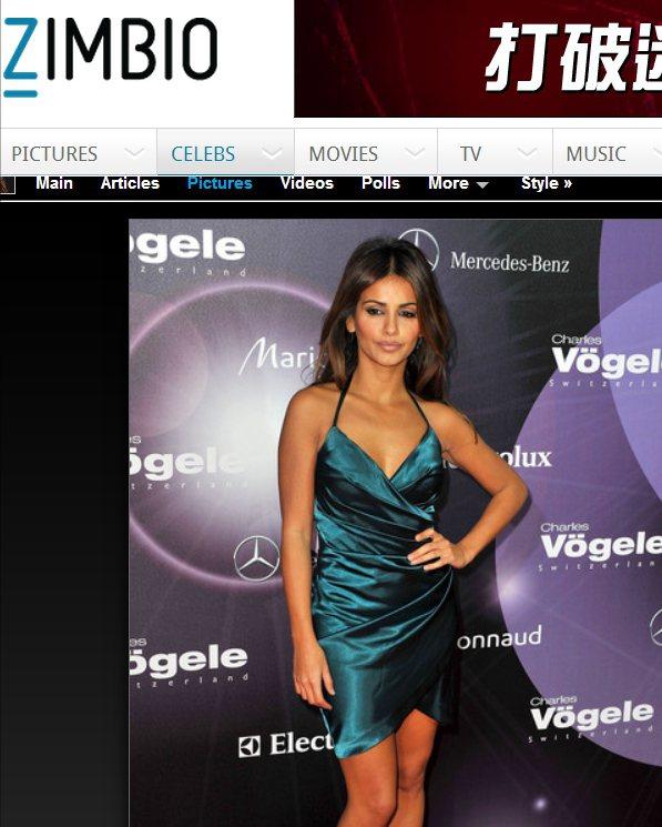 Monica Cruz以一件藍綠色絲質小洋裝,大秀魔鬼身材。圖/擷取自zimbi...