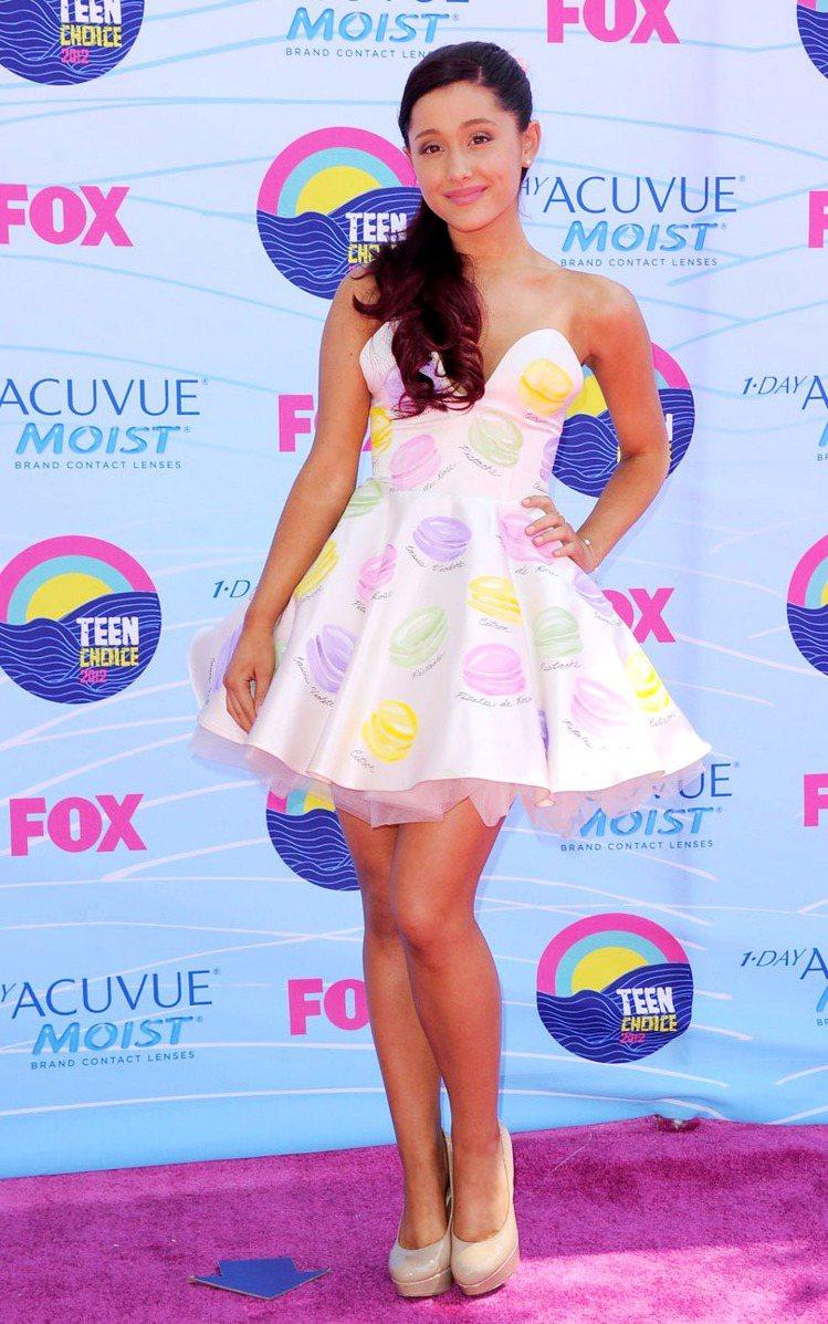 Ariana Grande出席Teen Choice Awards 時穿的馬卡龍...