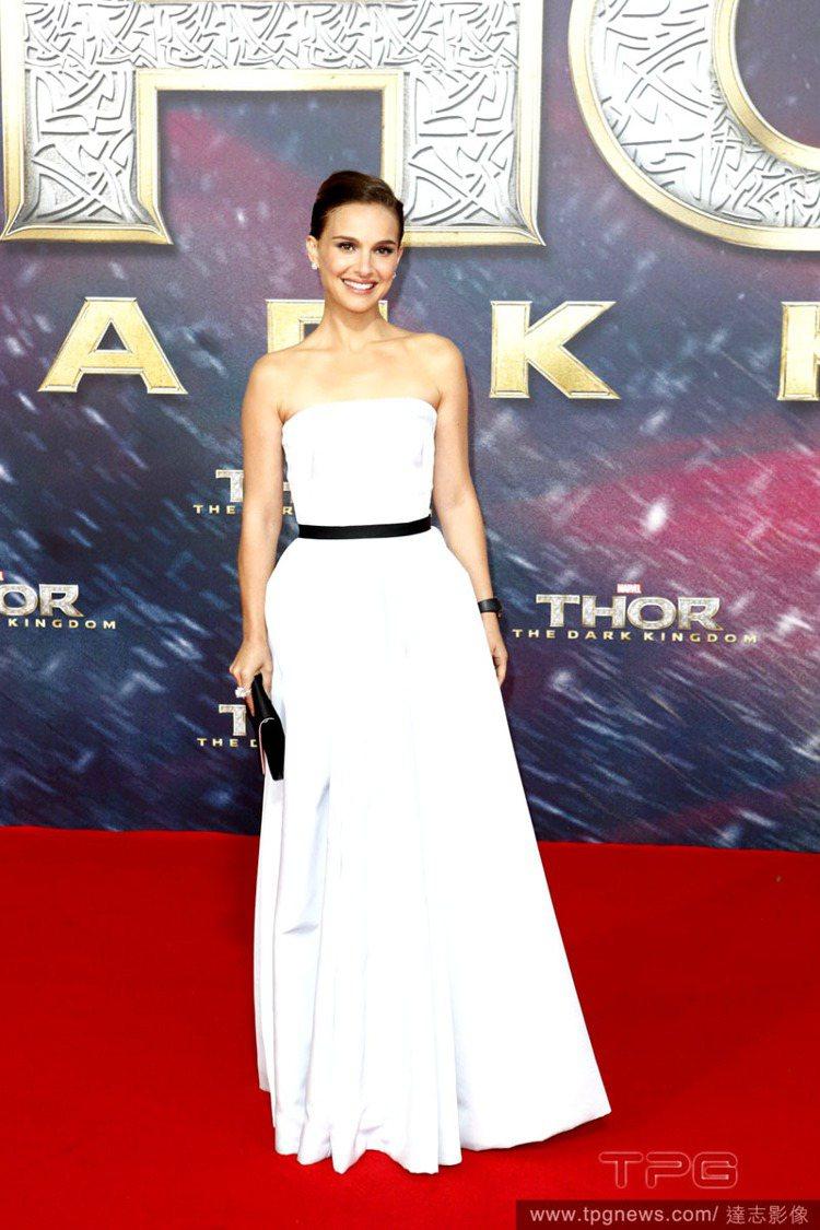 一身白色禮服搭黑色皮革腰帶,極簡的造型讓娜塔莉波曼看起來霸氣摩登,手拿包與手環的...