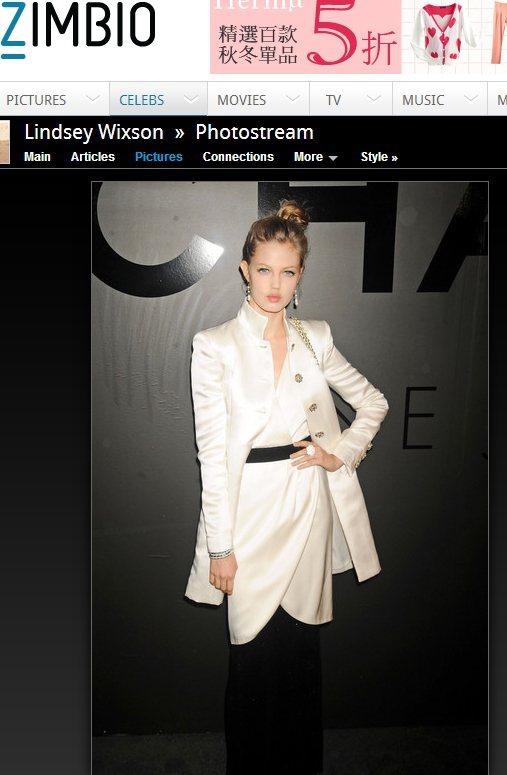 緞面外套與連身裙則更突顯了Lindsey Wixson的冰山公主形象,一身白的她...