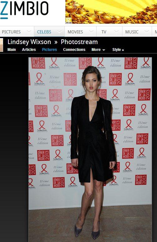 Lindsey Wixson以一件超低V領黑色小洋裝與銀色尖頭鞋亮相時,俐落的心...