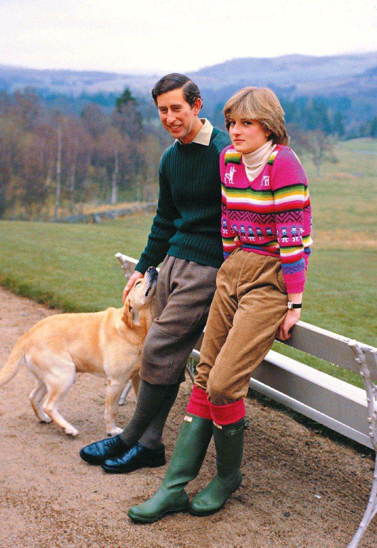1981年黛安娜王妃與查爾斯王子於蘇格蘭訂婚時,穿著Hunter經典綠威靈頓雨靴...