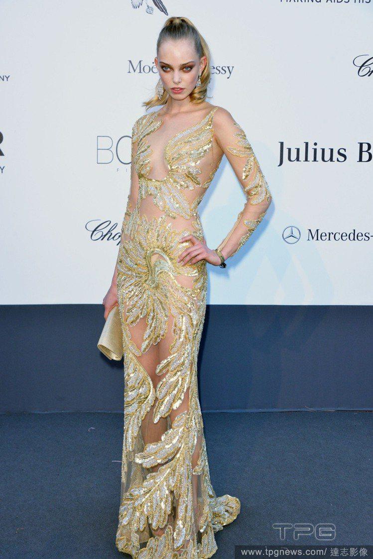 Tanya Dziahileva穿上鏤空透視的金色禮服,整個人看起來就像人魚般脫...