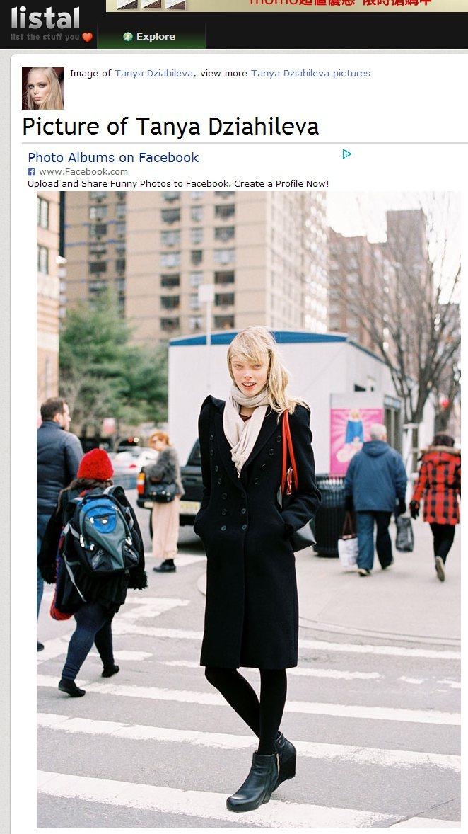 以米色圍巾與厚底踝靴,搭配一身黑大衣,也讓簡約素雅的造型透露些許騎士風。圖/擷取...