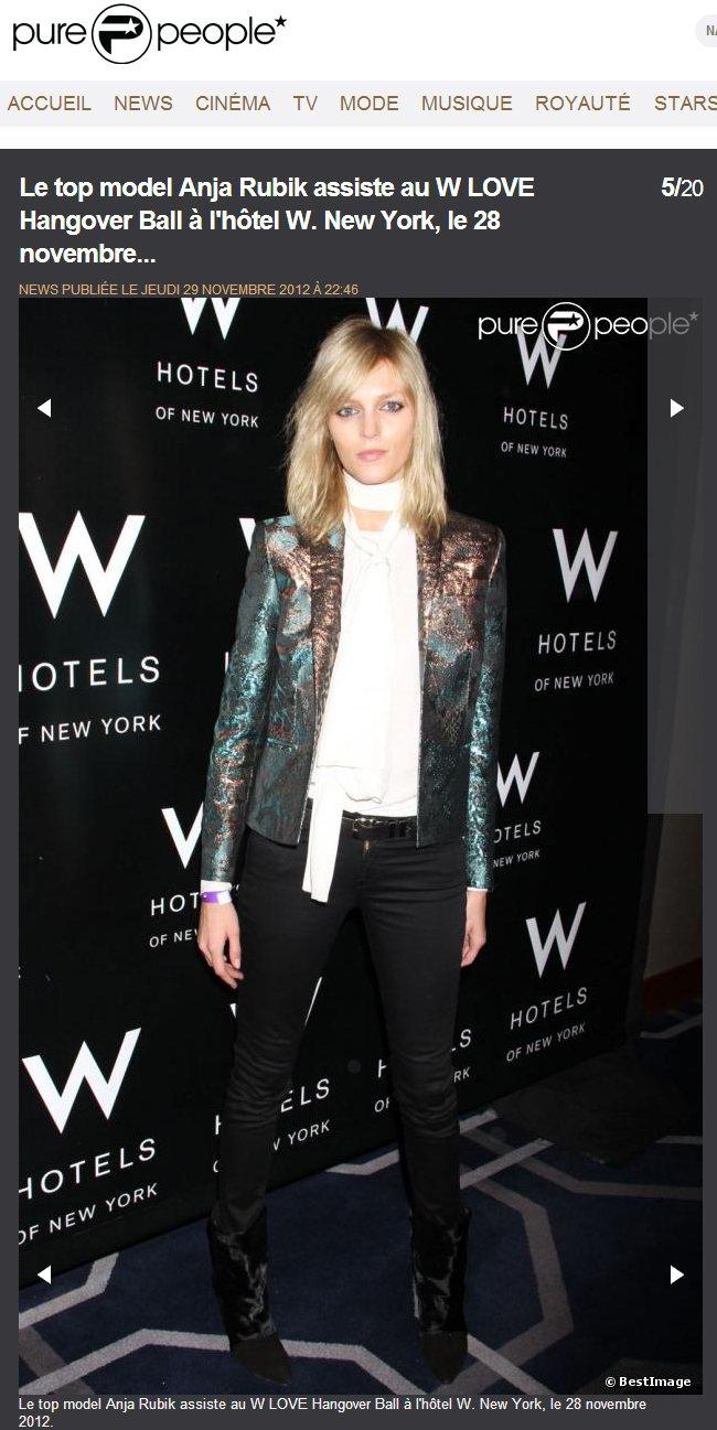 黑白衣褲套上華麗的巴洛克風外套,讓高挑冷傲的Anja Rubik多了一股王子氣息...