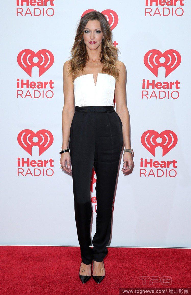 Katie Cassidy以一件平口白上衣搭配黑色長褲,展現了乾淨俐落的Chic...