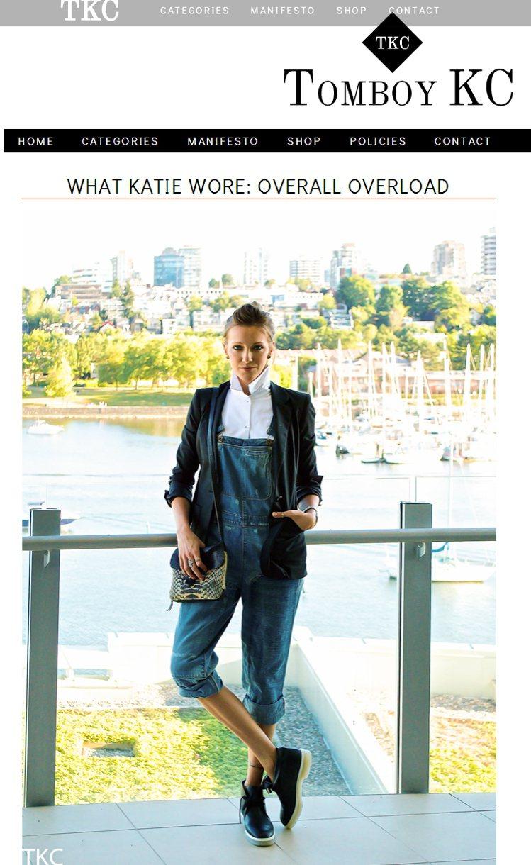 黑西裝外套與牛仔吊帶褲的裝扮充滿了男孩風。圖/擷取自tomboykc.com
