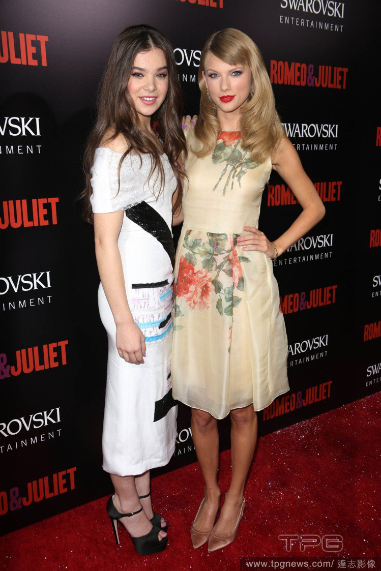 海莉史坦菲德(左)與泰勒絲同樣都有著不錯的時尚品味,也都是紅毯焦點人物,兩人當初...