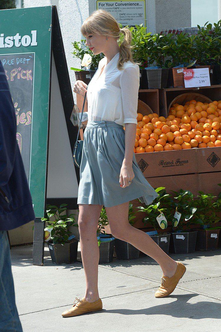 泰勒絲開始在穿搭細節上做變化,比如說嘗試嬉皮風的蕾絲連身裙、高腰褲搭棉T、透膚襯...