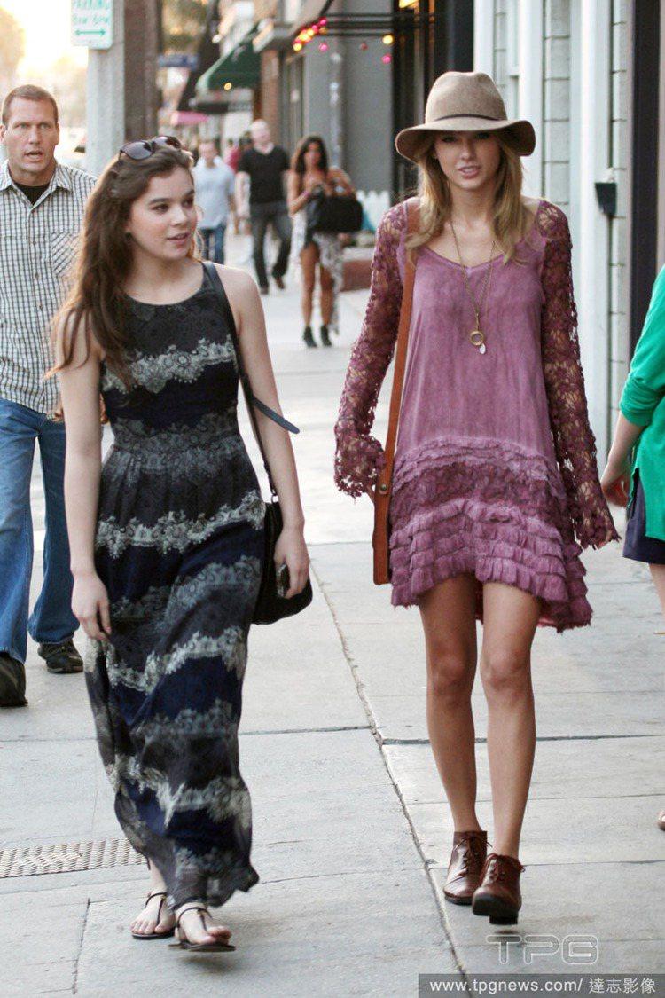 泰勒絲(右)與海莉史坦菲德(左)相約逛街。泰勒絲嘗試嬉皮風的蕾絲連身裙,柔美復古...