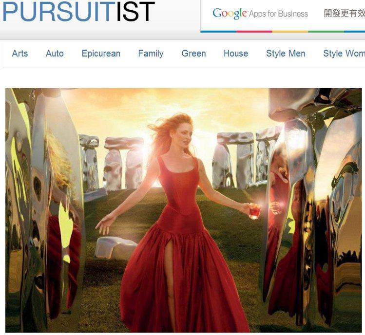 鄔瑪舒曼在英國巨石陣中,穿著蓬裙禮服漫步在夕陽下。圖/擷取自pursuitist...