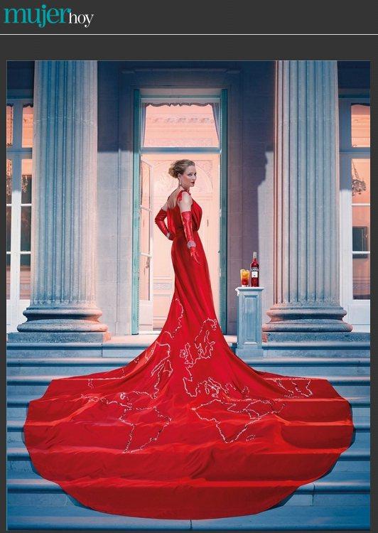 一襲印有世界地圖的長禮服,讓鄔瑪舒曼看起來氣勢非凡。圖/擷取自mujerhoy....