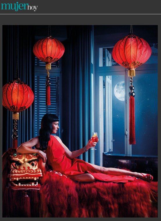 鄔瑪舒曼穿著宛如旗袍的紅禮服,向窗外的月亮舉杯致敬。圖/擷取自mujerhoy....