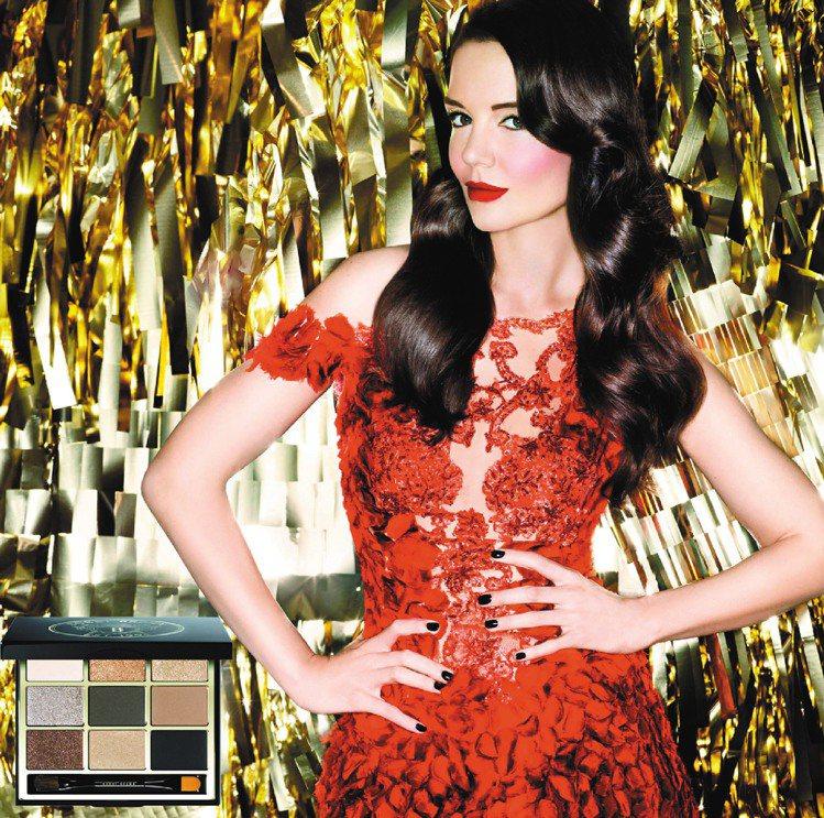 凱蒂荷姆斯穿上佈滿紅色花瓣的鏤空禮服,看起來十分性感!圖/BOBBI BROWN...