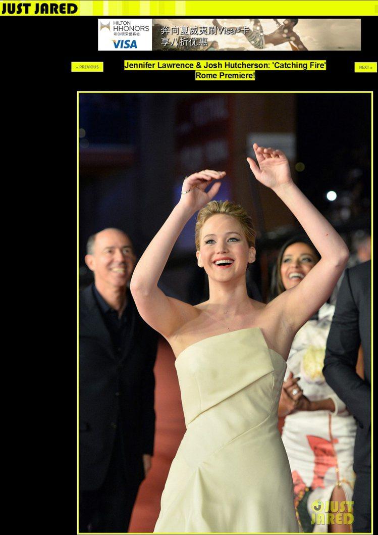 在首映禮紅毯上,珍妮佛勞倫斯不時地與觀眾歡樂互動,看起來相當享受現場氣氛。圖/擷...