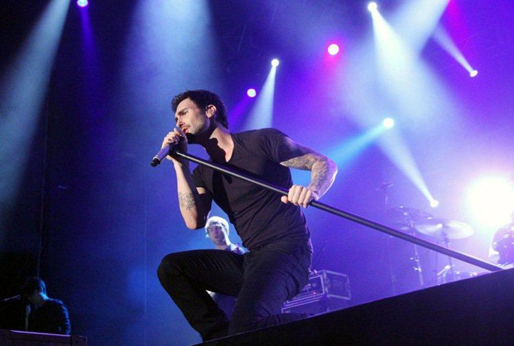 美國「時人」雜誌昨公布2013年最性感男人,樂團「魔力紅」主唱亞當李維(Adam...