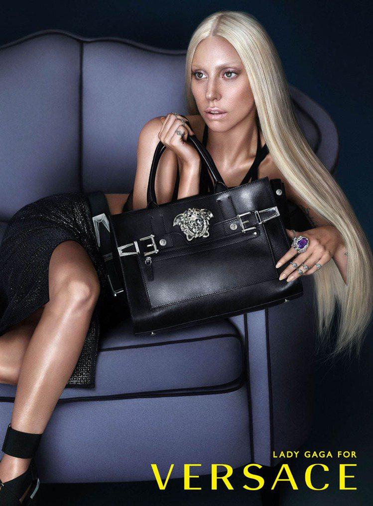 女神卡卡(Lady Gaga)化妝成VERSACE品牌設計總監 Donatell...