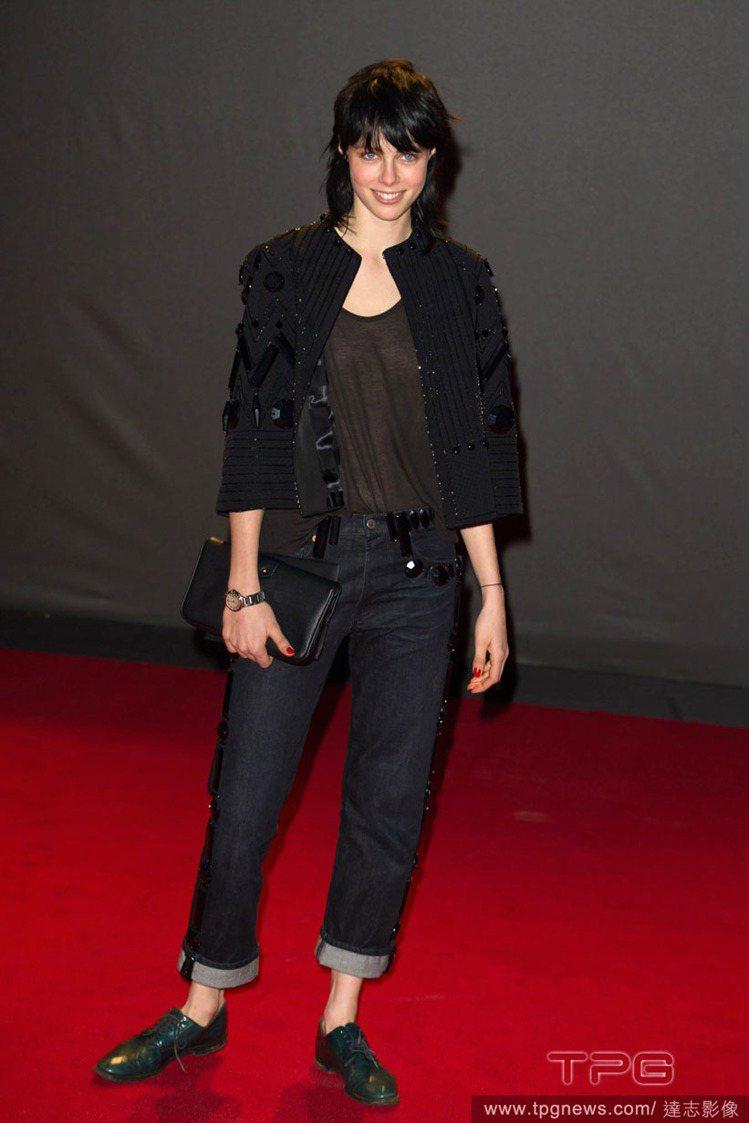 這幾季開始以黑髮為指標look的Edie Campbell 在 2013 英國時...