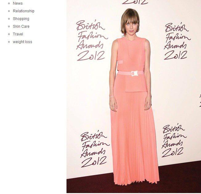 出席時尚活動時Edie Campbell也會嘗試優雅、華麗的晚宴style。總之...