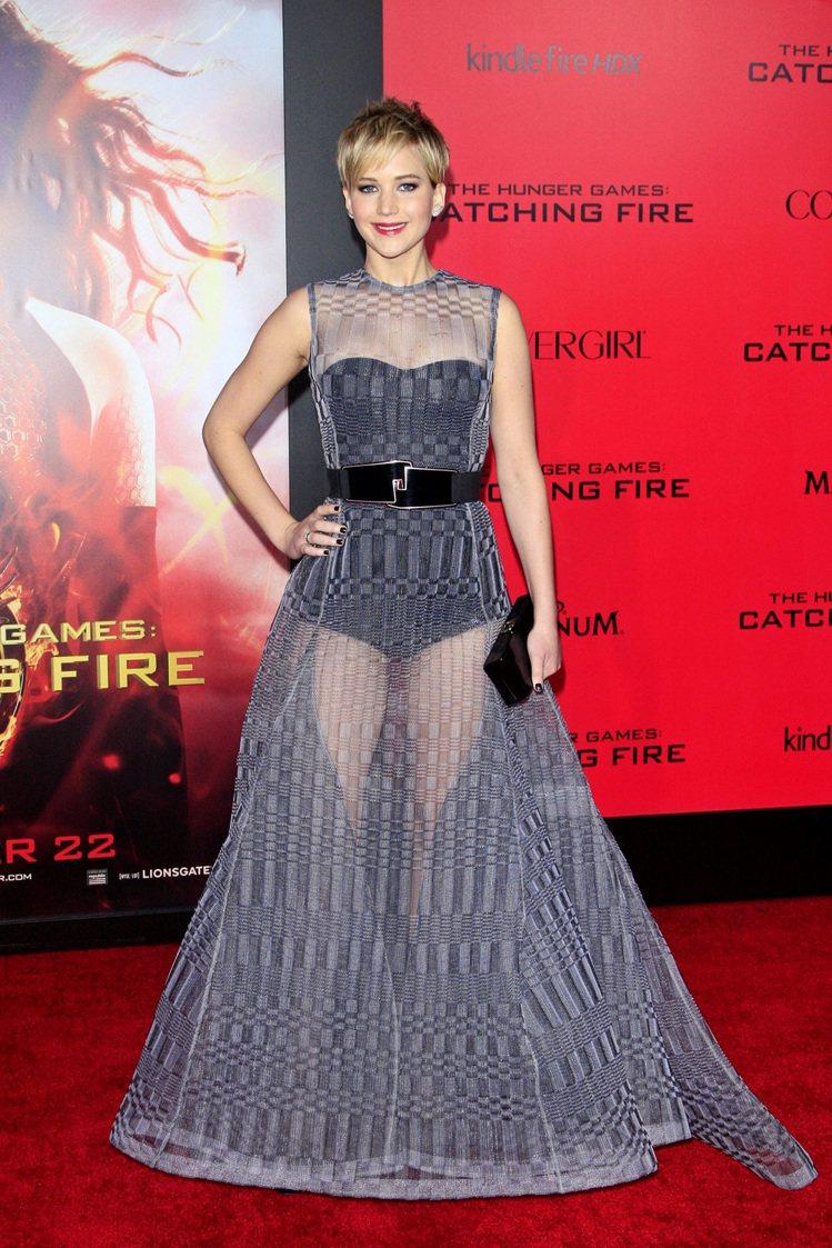珍妮佛勞倫斯不喜歡在LA的新片首映會中穿的這身Dior訂製透視禮服,她覺得這樣子...