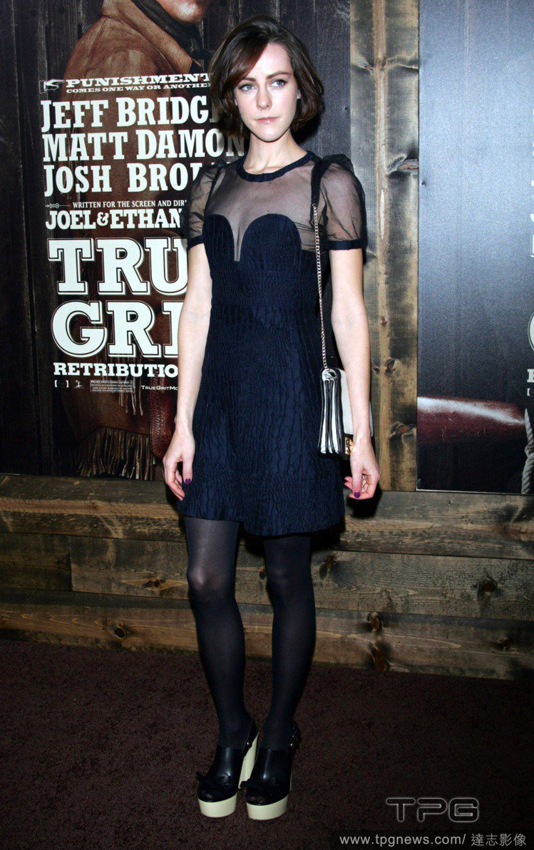 2010年,吉娜馬隆出席電影首映會,透視拼接洋裝和厚底根鞋相當有型。圖/達志影像