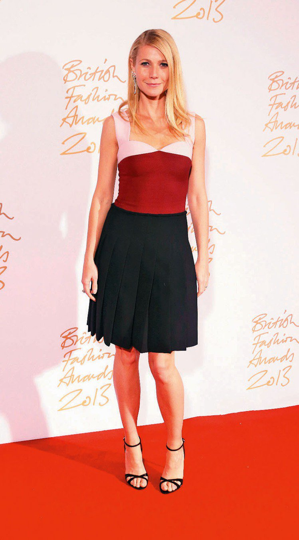 穿著PRADA洋裝的葛妮絲派特蘿頒給 Miuccia Prada 年度國際設計師...