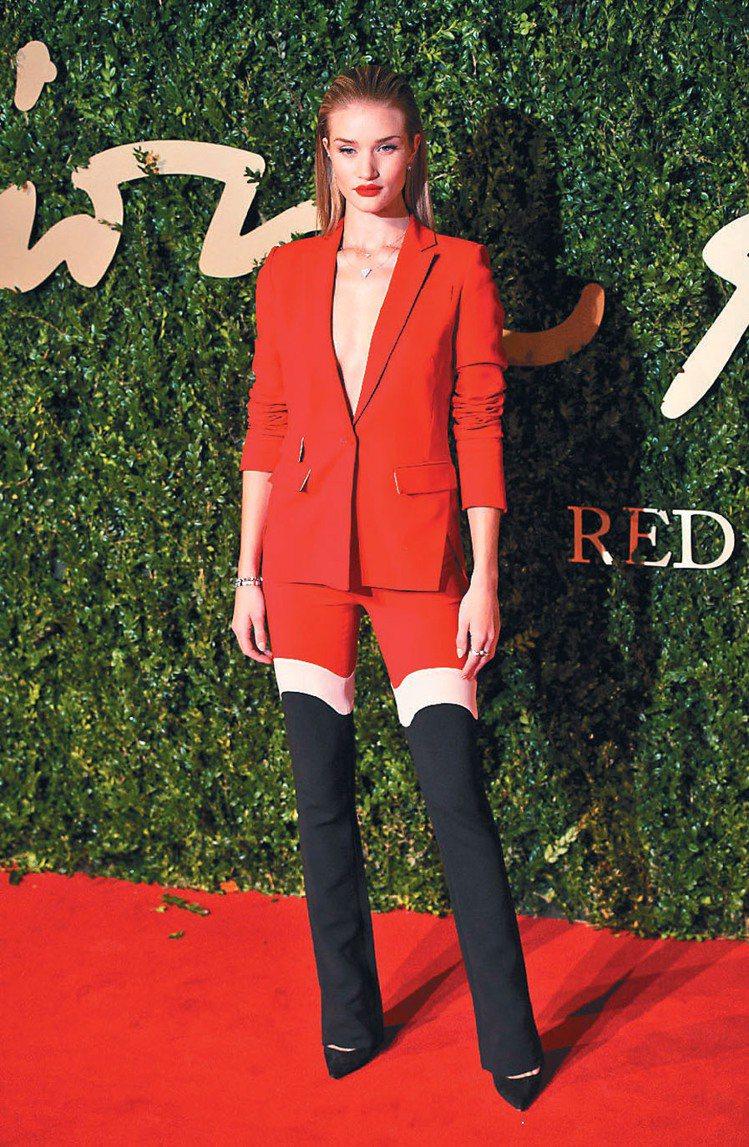 Rosie Huntington-Whiteley以喜氣的紅色褲裝亮相。圖/歐新...
