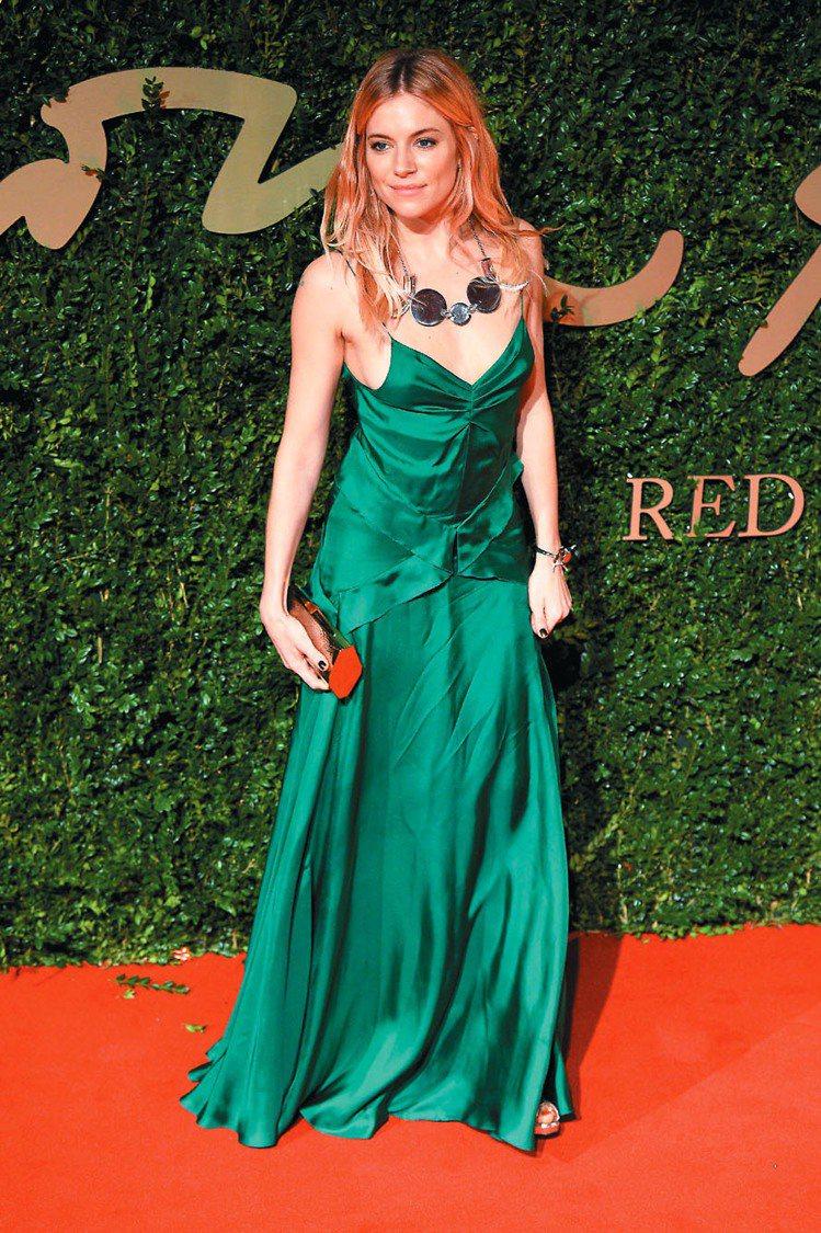 席安娜米勒穿BURBERRY禮服出席英國時尚獎。圖/法新社