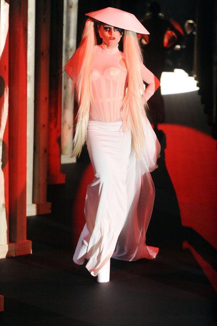 Lady Gaga造型是一種介於美醜之間,誇張、前衛的「變裝皇后」情結;雖然有關...