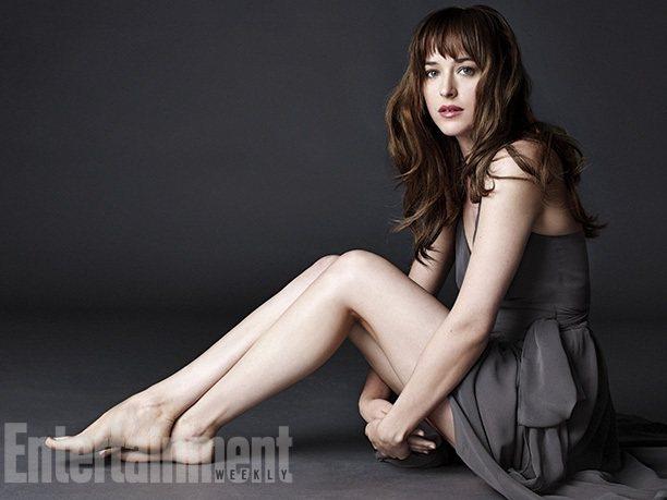 Dakota Johnson 的完美深棕色波浪捲髮也一展清純模樣,讓人更能刻畫出...