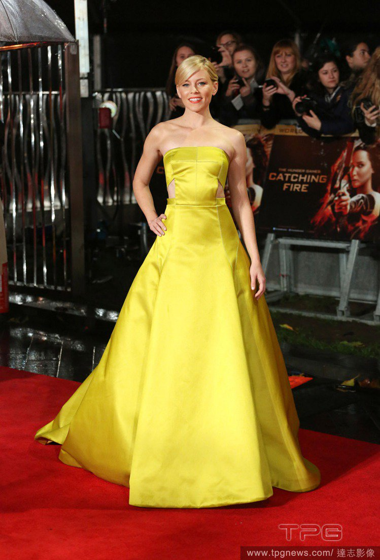 Jason Wu 的黃色平口禮服讓伊莉莎白班克斯飄散著亮麗清新的仙女氣息,腰間鏤...