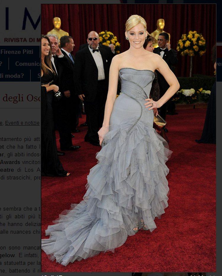 Atelier Versace 灰色禮服,平口弧線設計加上層層波浪裙襬,也使她看...